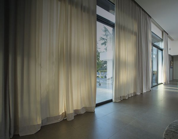 blinds-and-curtains60A8BCB8-F5FE-CCF8-A83B-443D4F89494D.jpg